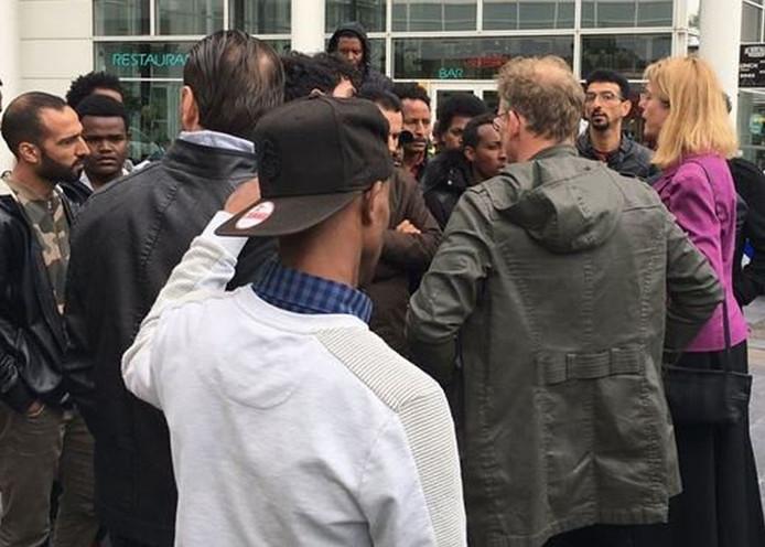 Burgemeester Pauline Krikke (rechts)  en wethouder Joris Wijsmuller (groene jas)  gingen buiten het stadhuis in gesprek met de demonstrerende vluchtelingen.