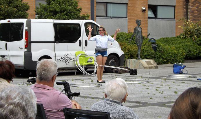 De Australische Amelia gaf de bewoners van WZC Den Beuk al een voorproefje van haar hoelahoep-act.