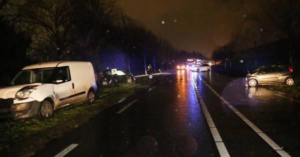 Twee mensen gewond bij frontale botsing in bocht van de weg in Uden.