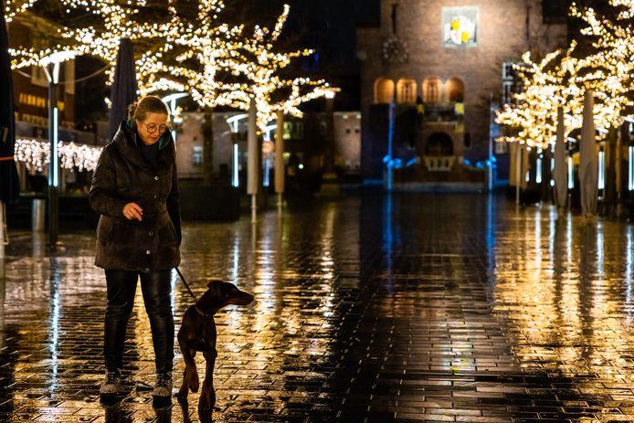 Dialon Mandjes laat haar hond Callen uit in het centrum van Waalwijk, tijdens de avondklok.