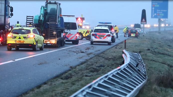 De politie verricht onderzoek naar het dodelijke ongeluk op de A6 bij Emmeloord.