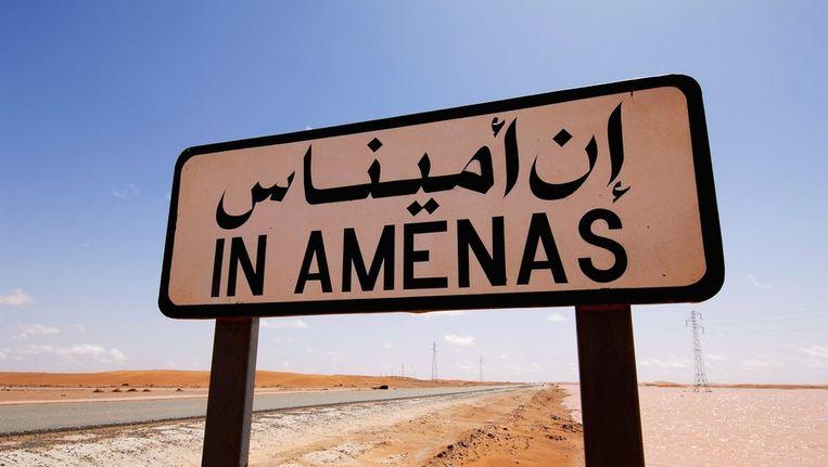 Een bord langs de weg vlakbij het gasveld in Algerije. Beeld afp