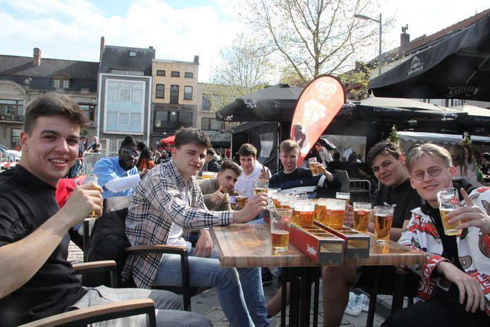 Deze vrienden genoten met volle teugen van de zon en het bier.