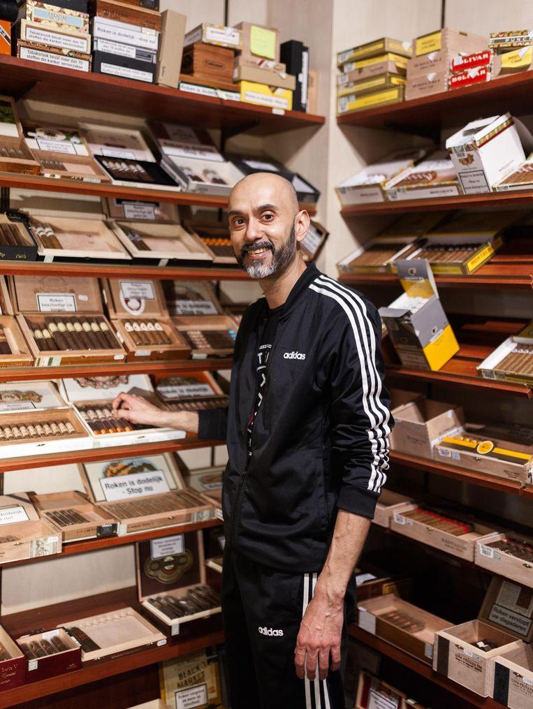 Nasier Kassim van sigarenwinkel Huize Van Lookeren. Beeld Nina Schollaardt