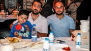 Samen genieten van maaltijd in moskee