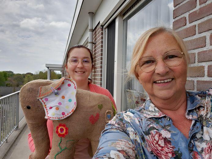 Marie José van Kuijk en dochter Tessa van Burgel samen met knuffel Fenne, de naamgever van de speelgoedinzameling 'Het Feest van Fenne'