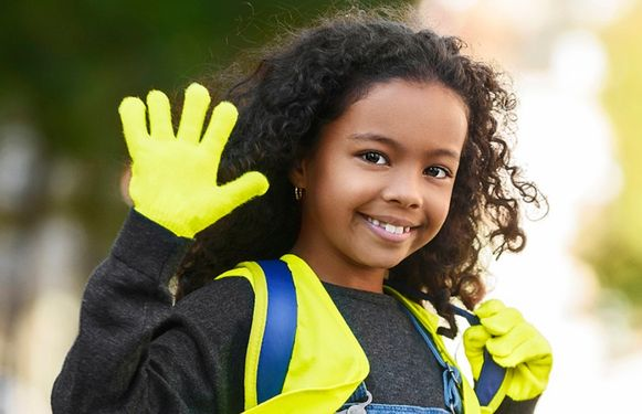 Je herkent de deelnemende kinderen aan hun fluogele handschoenen.