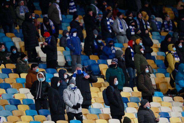 Een aantal Dinamo-fans mag de match bijwonen. Beeld REUTERS