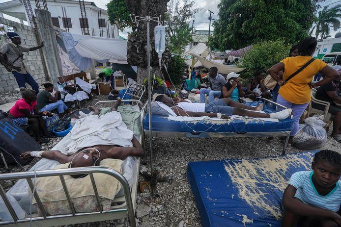 Gewonden buiten aan een ziekenhuis in Les Cayes, Haïti.