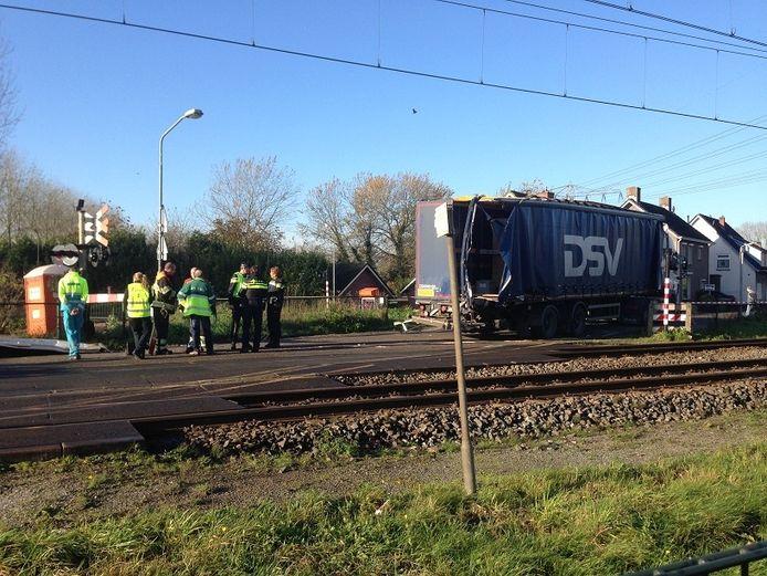 BOP een spoorwegovergang in Den Bosch heeft een trein de achterkant van een vrachtwagen geraakt.