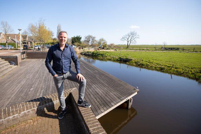 Marc Timmerman, eigenaar van café De Koerier in Laren, wil een caféboot in Eemnes gaan exploiteren. Dat komt hier bij het evenemententerrein aan de Wakkerendijk, waar de boot aan deze vlonder komt te liggen, aan het begin van de Eemnesservaart en aan de rand van de Eempolder bij Eemnes.