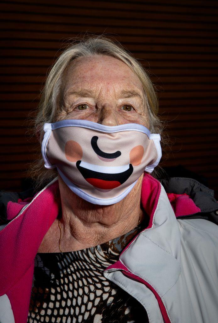 Wil Ockeloen kreeg haar mondkapje van haar dochter die bij Picnic werkt.