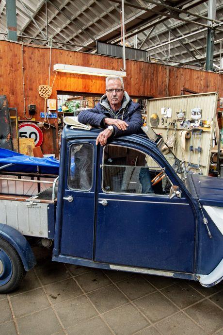 Jan (67) bouwde een Lelijke Eend en rijdt ermee op begrafenissen: 'Opbouw van twee meter lang voor de kist'