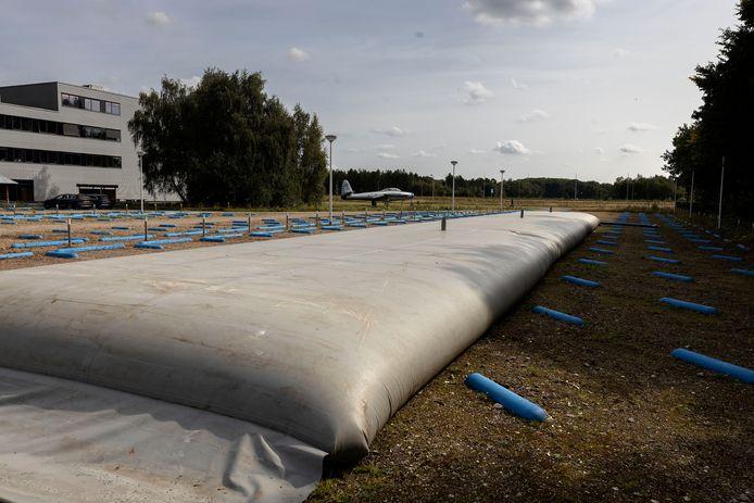 Op Vliegbasis Eindhoven ligt vanaf nu een waterzak van 200 kuub. Gevuld met regenwater voor gebruik in droge perioden voor het omliggende groen. Het is een van de vele manieren van water hergebruiken die De Waterbank vanaf nu mogelijk maakt.