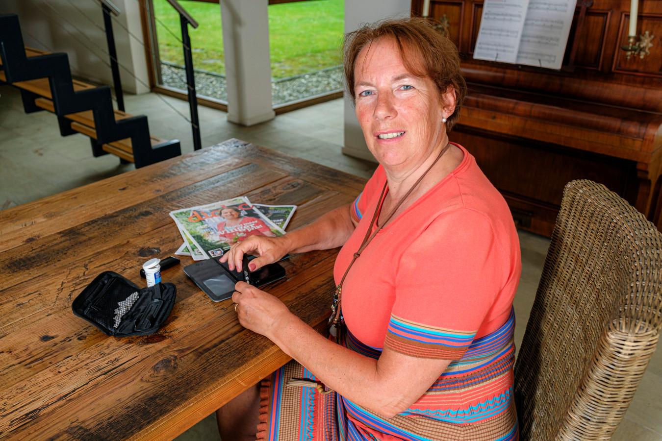 Angela de Rooij doet de zelfcontroletest voor diabetes-2 gewoon thuis. De insulinewaarde wordt opgeslagen in haar telefoon en doorgestuurd naar haar arts. Telefonisch bespreekt zij dan de resultaten met haar arts.