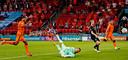 Denzel Dumfries scoort op aangeven van Donyell Malen de 2-0.