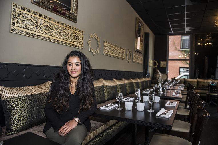 """Farah Bekkour (19) in het nieuwe pand. """"Mijn ouders wilden weg van de ellende. Maar Antwerpen is mijn stad en het restaurant ons leven.""""."""