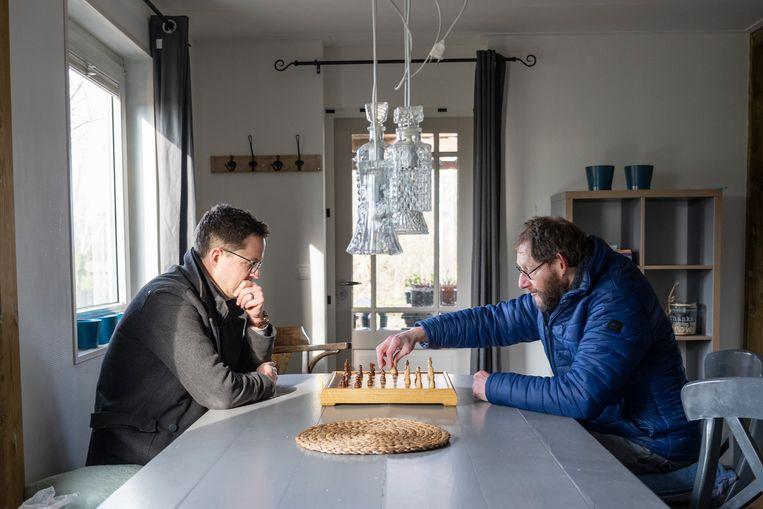 Fotograferen, tafeltennis, schaken: Reinhardt Mulder (met blauwe jas) en Aldert Bos doen veel samen.  Beeld Bram Petraeus