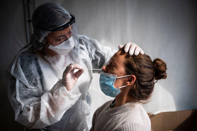 Een vrouw ondergaat een coronatest. Beeld Photo News