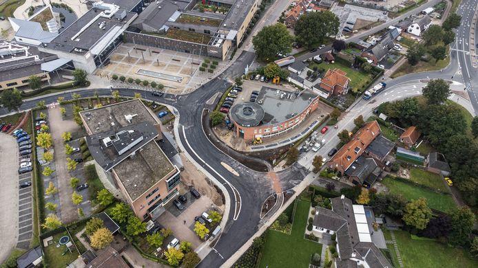 De vernieuwingen aan het kruispunt in Groenlo: het fietspad voor fietsers richting de sportvelden (onderin) is helemaal los komen te liggen. Aan de andere zijde, voor de Rabobank (links van het midden) ligt nu een verhoogde rijbaanscheiding.