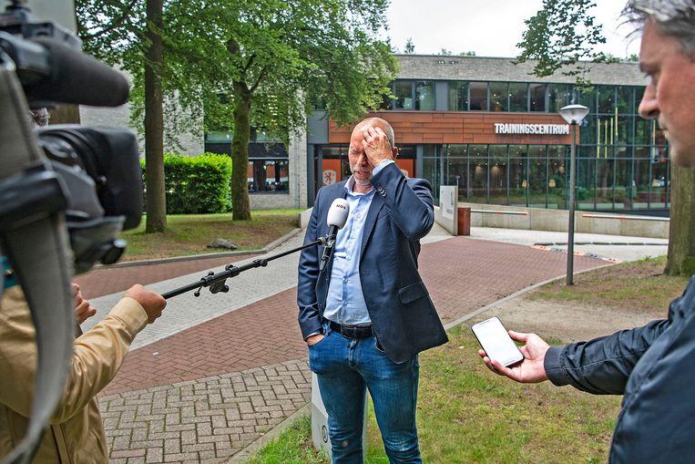 Directeur topvoetbal Nico-Jan Hoogma staat dinsdag de pers te woord na het ontslag van Frank de Boer. Beeld Guus Dubbelman / de Volkskrant
