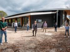 Goede Herderschool Horst viert fonkelnieuwe gebouw met taart en champagne: knalfuif volgt later