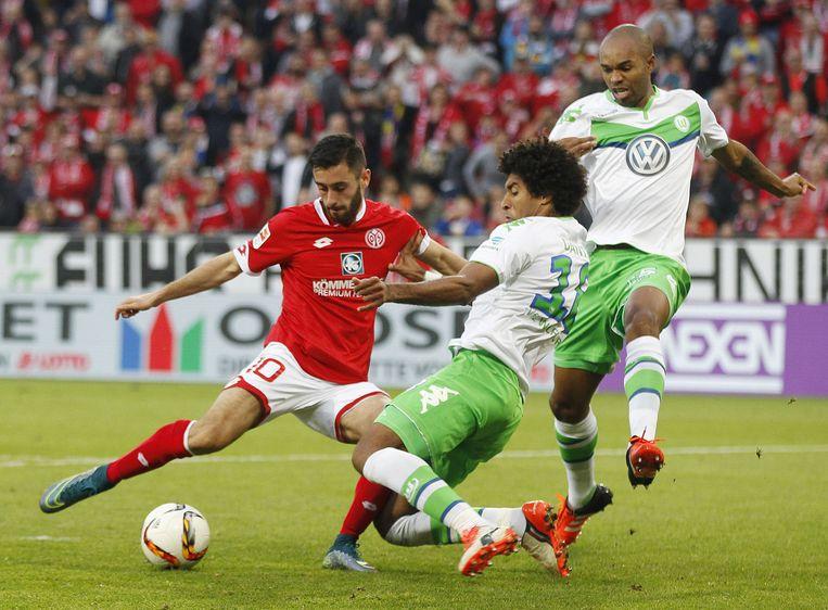 Yunus Malli van Mainz en Dante van Wolfsburg (links) in duel om de bal. Beeld ap