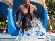Met je baasje in de glijbaan: honden vermaken zich kostelijk in het Hessenbad in Hoog-Keppel
