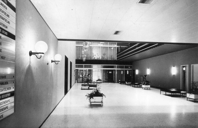 Hoeveel patiënten en bezoekers zullen er in de loop der jaren gelopen hebben door de hal van het ziekenhuis aan de Ringweg Randenbroek? Geheel links hangt het verwijsbord naar de verschillende afdelingen.