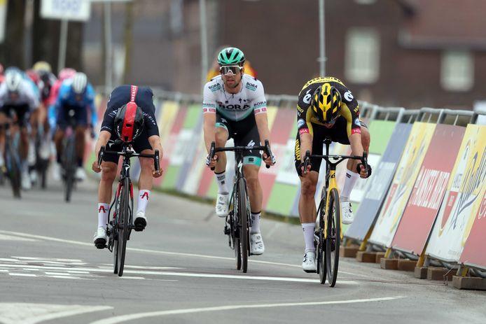 Pidcock (l) en Van Aert (r) sprinten zij aan zij.