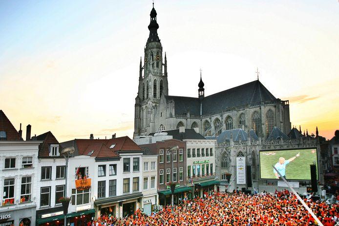 Bomvol stond de Grote Markt in Breda bij de WK-finale in 2010 tussen Oranje en Spanje. Of het ook zo druk zou worden bij de eerstkomende wedtrijden van Oranje op het EK is maar de vraag. En blijft de vraag, want voorlopig mag het nog niet.