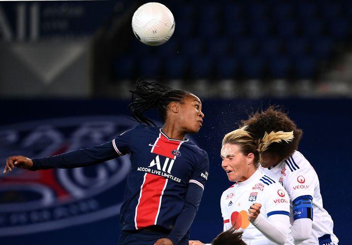 Matwinner Marie-Antoinette Katoto vecht een luchtduel uit met twee speelsters van Lyon.