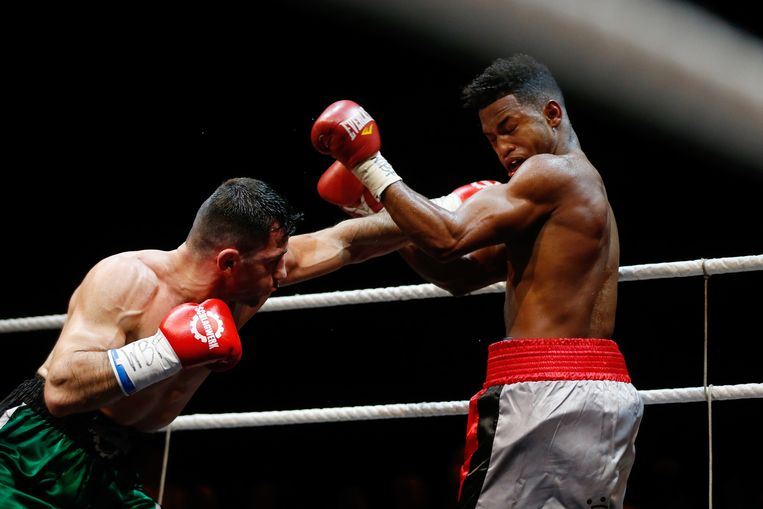 Rafik Harutjunjan in zijn gevecht tegen Kevin Dotel (R) tijdens de Ben Bril Memorial in Koninklijk Theater Carré. Beeld anp