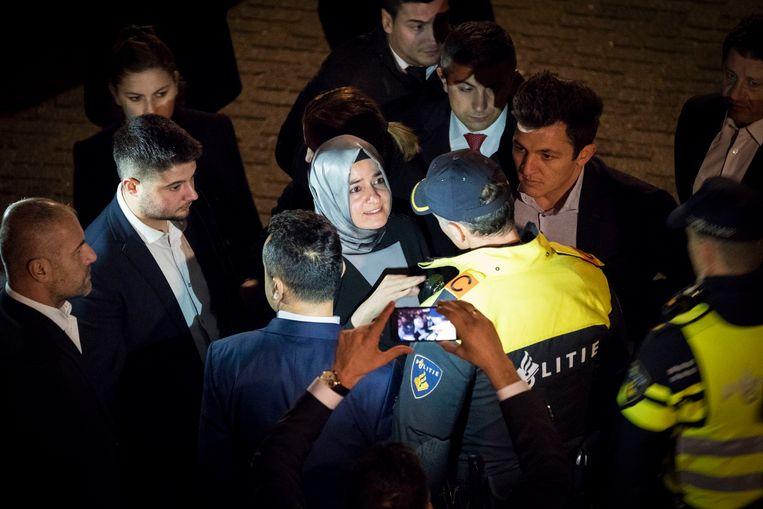 Minister Fatma Betul Sayan Kaya van Familiezaken werd op 12 maart de toegang tot het Turkse consulaat in Rotterdam geblokkeerd. Ze moest Nederland daarna verlaten. Beeld anp