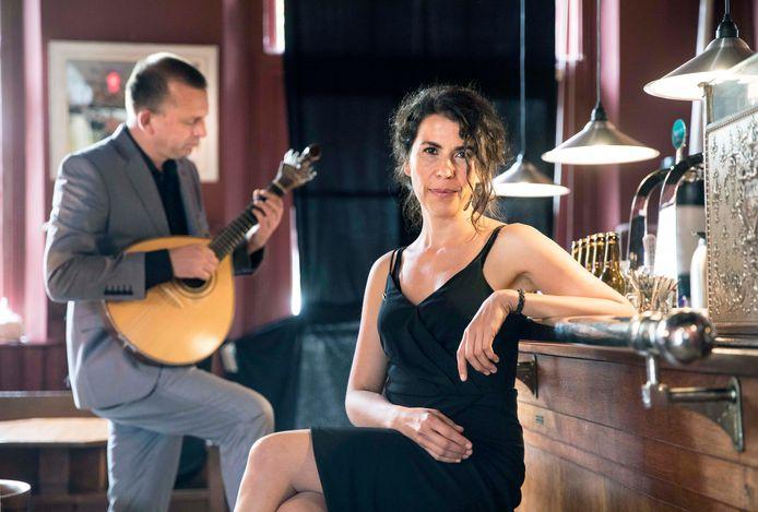 Magda Mendes alvast even op bezoek in het Scheveningse Muzee geflankeerd door Ward Veenstra op gitaar.