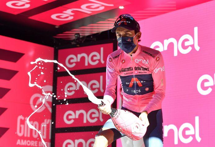 Champagne voor Egan Bernal na opnieuw een dag in het roze.