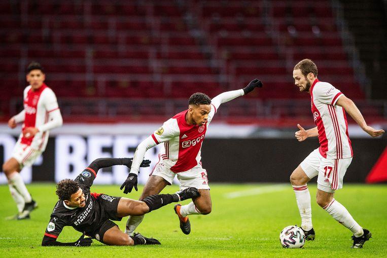 PSV'er Donyell Malen verliest van Ajacied Jurriën Timber, Daley Blind pikt de bal op. Beeld Guus Dubbelman / de Volkskrant