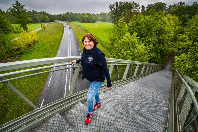 Marion Olthof lijdt aan Cystic Fibrosis en onderging vorig jaar een dubbele longtransplantatie. Het heeft haar leven veranderd, ze kan weer zonder zuurstof traplopen. Als eerbetoon aan haar donor beklimt ze nu de langste trap van Nederland.