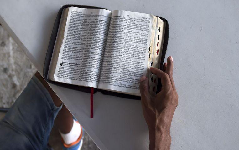 Een evangelische voorganger in Panama leest de Bijbel. Beeld AFP