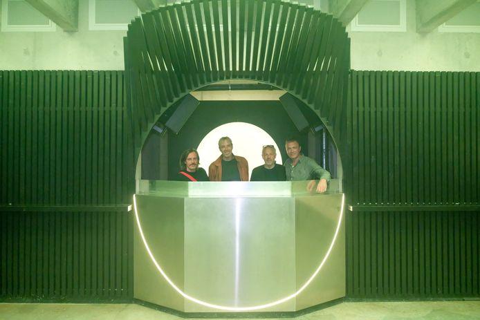 Smos, Sven en Jan testen met Ben de dj-booth van Capital al even uit.