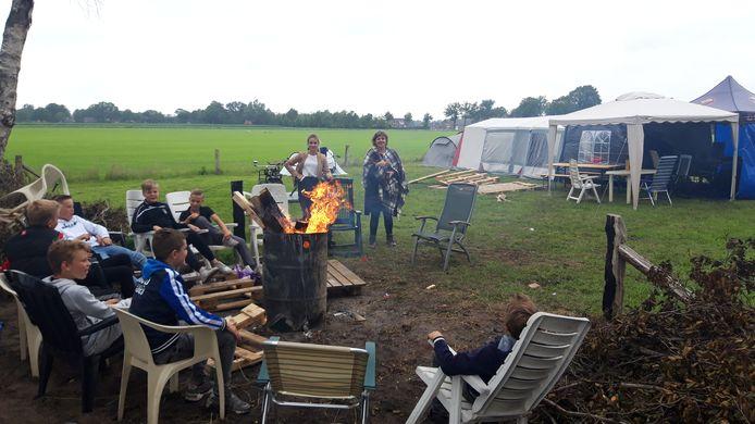 Burgemeester Wilmien Haverkamp en raadslid Noortje Haarman op bezoek op de 'camping' van de jeugd in Geesteren.