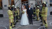 Brandweermannen luisteren huwelijk collega op