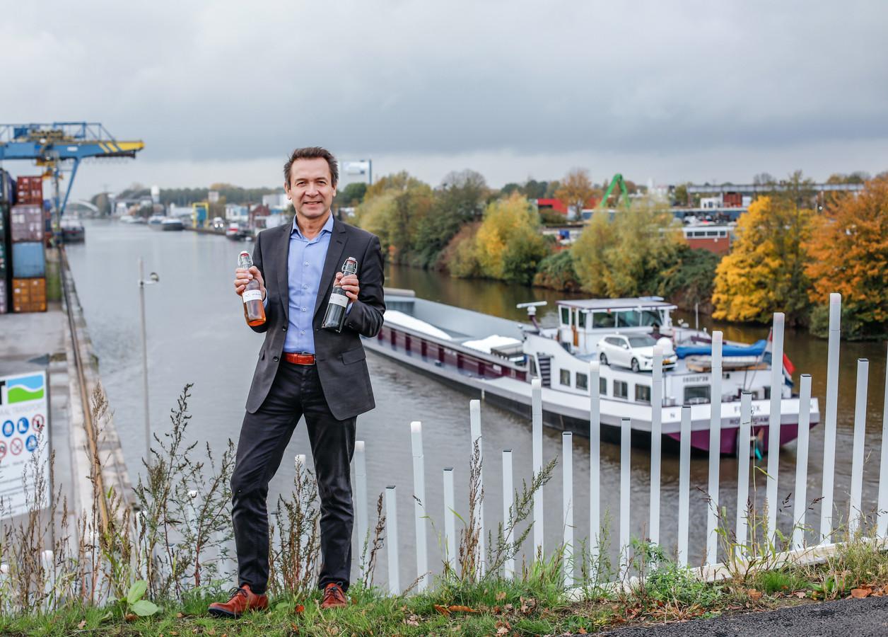 René Venendaal, CEO van BTG, op de Boekelosebrug met de vernieuwende schone scheepvaartdiesel van BTG-neXt.