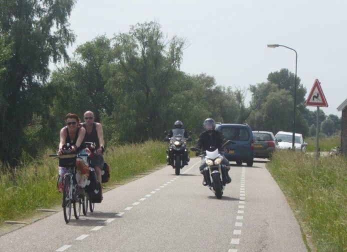 Motorrijders op de Lekdijk bij Lopik.