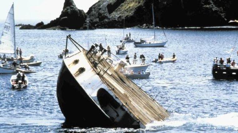 De 'begrafenis' van de onherstelbaar beschadigde Rainbow Warrior in Nieuw Zeeland, 1985. Beeld