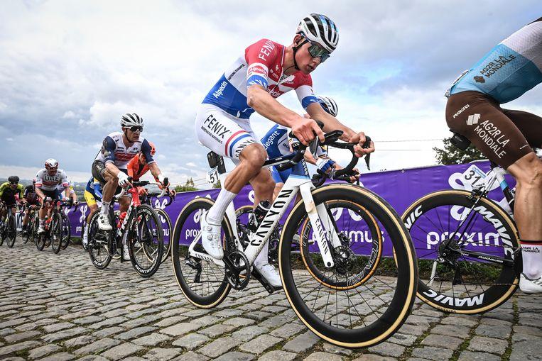 Mathieu van der Poel rijdt de Paterberg omhoog tijdens de Ronde van Vlaanderen 2020. De fans waren niet toegelaten op de hellingen. Beeld BELGA