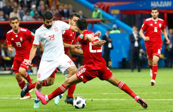 **Gelukkig doelpunt helpt Spanje voorbij Iran**