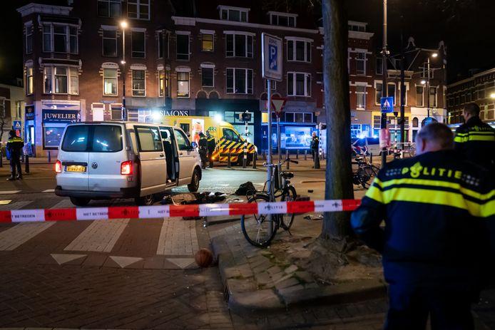 De hulpdiensten zijn ter plaatse aan de 1e Middellandstraat in Rotterdam.