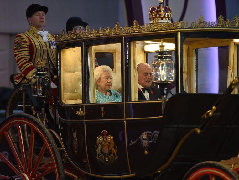 Koningin Elizabeth II en Prins Philip kwamen toe in een paardenkoets.