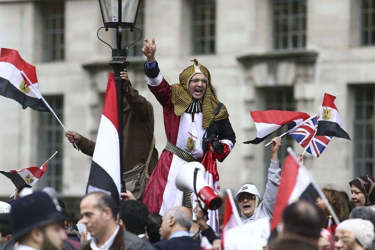 Aanhangers van de Egyptische president Abdel Fattah al-Sisi wachten hem op op Downing Street, Londen. De president bezoekt daar de Britse premier Cameron. Beeld AFP